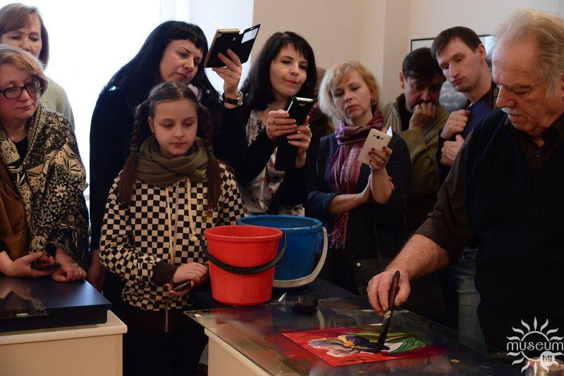 Мастак Фелікс Гумен праводзіць майстар-клас у рамках праекта «Вада+Фарба+». Полацк, Мастацкая галерэя, 2017